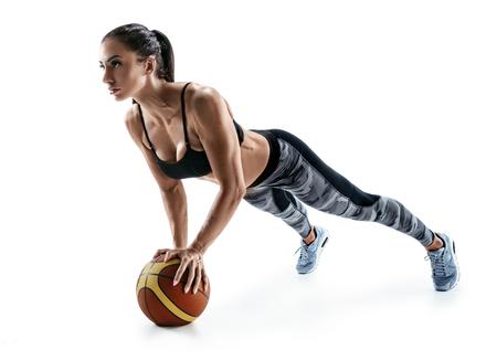 Mooie sterke vrouw die duw op bal doen die op een witte achtergrond wordt geïsoleerd. Kracht en motivatie.