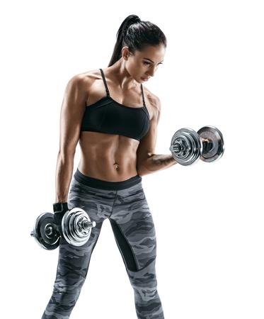 Spiervrouw die oefeningen met domoren doen bij bicepsen. Foto van sterk wijfje dat op witte achtergrond wordt geïsoleerd. Kracht en motivatie. Stockfoto