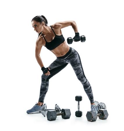 Atletische vrouw die oefening voor wapens doet. Foto van spierfitnessmodel dat met domoren op witte achtergrond uitwerkt. Kracht en motivatie