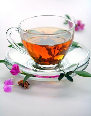 白背景に黒茶のカップ。