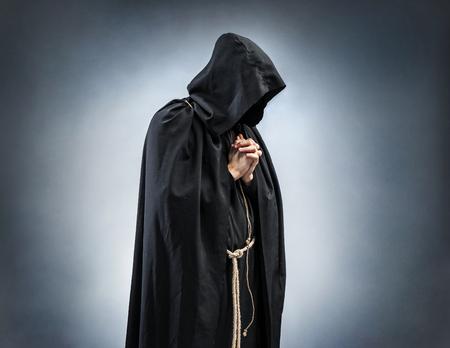 祈り僧侶、祈りの折られた手のシルエット。祈りでモンクの写真。信仰、精神性および宗教のためのコンセプト