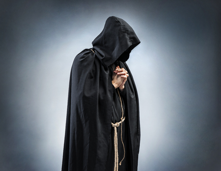 기도 스님, 접혀 손에기도의 실루엣. 기도에서 스님의 사진입니다. 신앙, 영성 및 종교 개념 스톡 콘텐츠 - 78516069