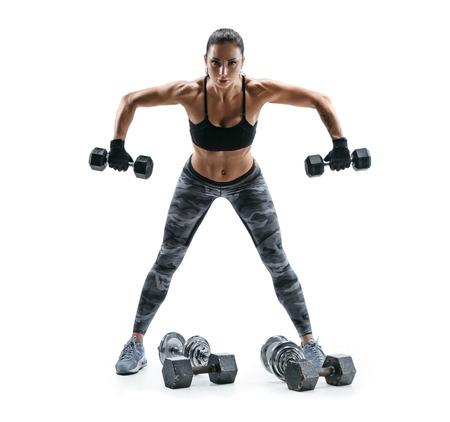 Sterke vrouw die met domoren voor wapens uitoefent. Foto van vrouw die met zware domoren op witte achtergrond uitwerkt. Kracht en motivatie.