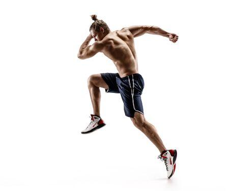 Attraktiver Mannläufer in der Silhouette. Foto von shirtless muskulöser Mann lokalisiert auf weißem Hintergrund. Dynamische Bewegung. Seitenansicht