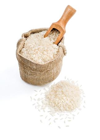 parliled 쌀 삼 베 자루와 흰색 배경에 고립 국자. 건강한 음식. 고해상도 제품