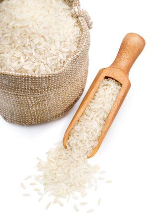 parboiled 쌀과 흰색 배경에 특 종 삼 베 자루 닫습니다. 건강한 음식. 고해상도 제품