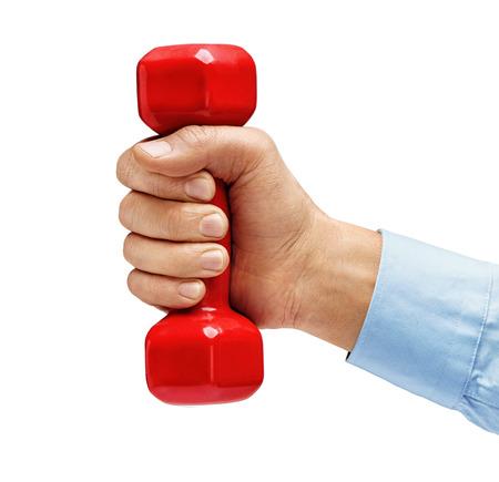levantar peso: La mano del hombre en camisa sostiene la pesa de gimnasia aislada en el fondo blanco. De cerca. Concepto de estilo de vida saludable