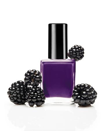 Violette Nagellackflasche mit Brombeere auf weißem Hintergrund Standard-Bild - 90933694