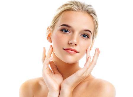 Femme charmante avec une peau parfaite isolée sur fond blanc. Concept de soin de beauté et de peau Banque d'images - 91595192