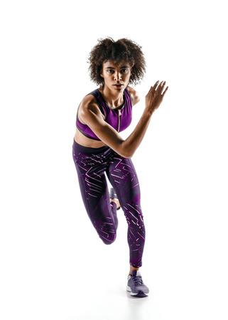 白い背景で隔離のシルエットでアフリカの少女のランナー。ダイナミックな動き。スポーツと健康的なライフ スタイル。