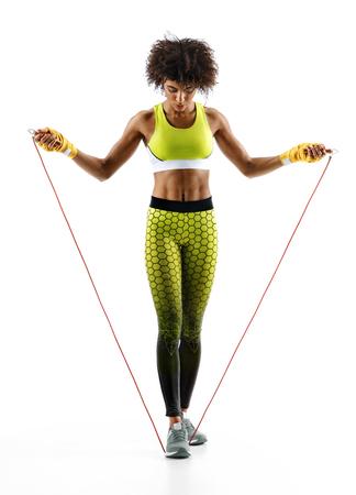 흰색 배경에 점프 밧줄으로 운동 소녀. 최고의 심장 운동