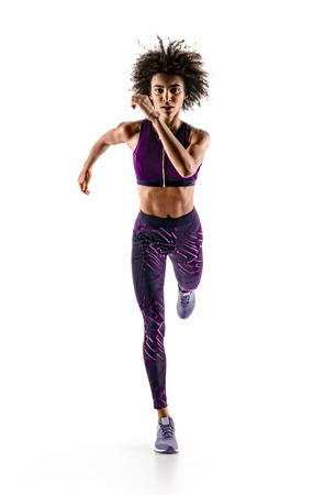 白い背景にシルエットの若いアフリカの女の子ランナー。ダイナミックな動き。スポーツと健康的なライフスタイル。