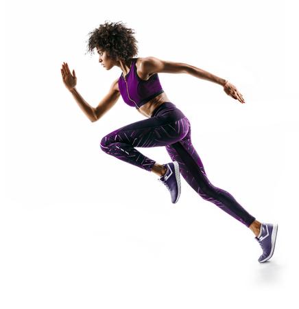 Jong Afrikaans meisje die in silhouet op witte achtergrond lopen. Dynamische beweging. Zijaanzicht