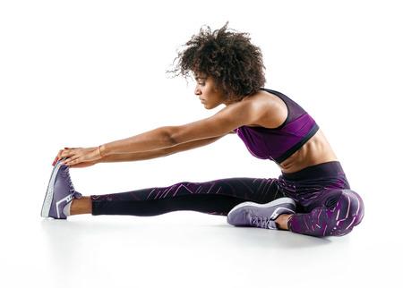 흰색 배경에 운동을 하 고 아프리카 여자의 사진.