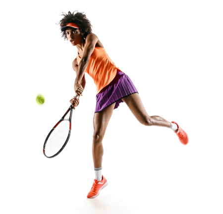 Młoda dziewczyna tenisa w sylwetka na białym tle. Dynamiczny ruch