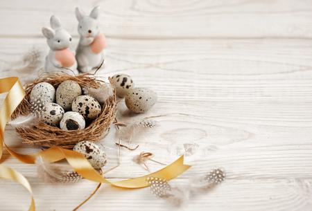 Ostern Hintergrund mit Ostereiern und Frühlingsblumen . Draufsicht mit Kopie Raum Standard-Bild - 98353095