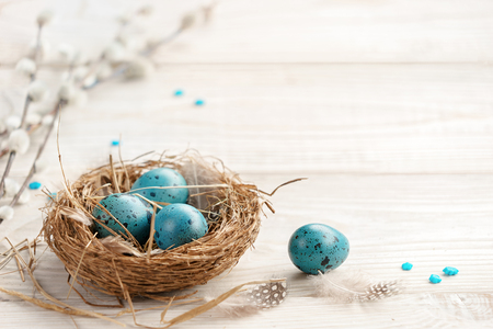 Easter background with Easter eggs and spring flowers. Top view with copy space. Banque d'images