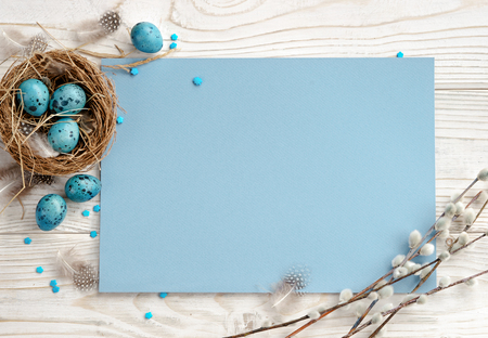 Easter background with Easter eggs and spring flowers. Top view with copy space. Stockfoto