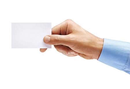 Mano d'uomo in camicia che tiene biglietto da visita vuoto isolato su priorità bassa bianca. Avvicinamento. Prodotto ad alta risoluzione