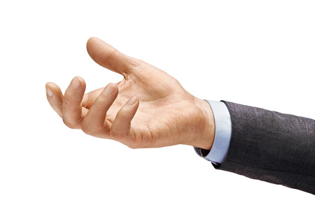 La mano del hombre en traje pide algo aislado sobre fondo blanco. Palma hacia arriba, de cerca. Producto de alta resolución
