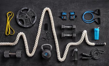Sportgeräte auf schwarzem Hintergrund. Ansicht von oben. Motivation
