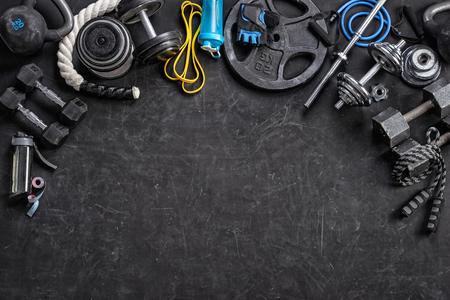 Sportgeräte auf schwarzem Hintergrund. Ansicht von oben. Motivation Standard-Bild