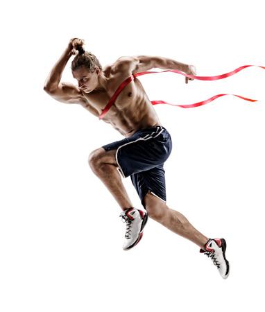 Man loopt, overschrijding van de finishlijn. Foto van jonge man geïsoleerd op een witte achtergrond. Sporten en een gezonde levensstijl. Dynamische beweging. Wedstrijd evenement. Volledige lengte Stockfoto