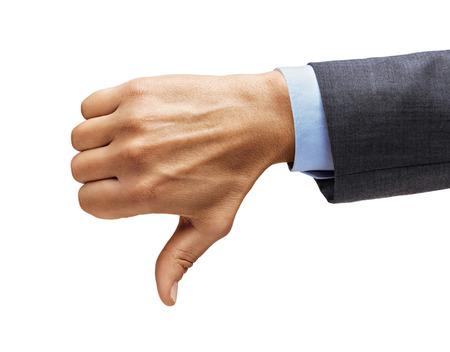Die Hand des Mannes in einem Anzug zeigt Daumen nach unten isoliert auf weißem Hintergrund. Negatives Konzept. Nahaufnahme. Hohe Auflösung.