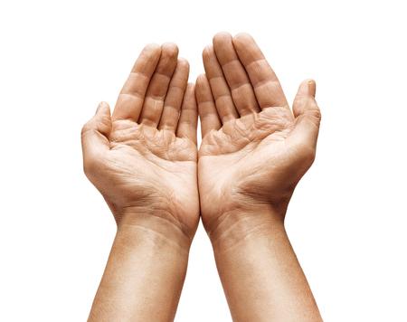 Cerca de las manos ahuecadas del hombre muestra algo sobre fondo blanco. Palmas arriba. Producto de alta resolución