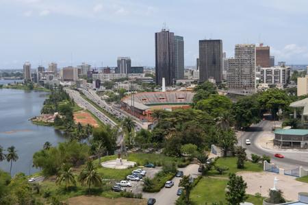 """ABIDJAN, COSTA DE MARFIL (Côte d'Ivoire), AFRICA. Abril de 2013. Abidjan, la ciudad más grande de Costa de Marfil. Plateau, el estadio polivalente (fútbol, ??rugby, atletismo) """"le Felicia"""". Foto de stock."""