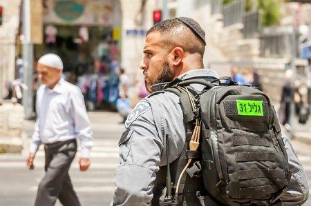 エルサレム、イスラエル。2017 年 6 月 20 日。ダマスカスのゲート、最近のテロ攻撃の場所によってエルサレムの旧市街で、イスラエル共和国のボー 報道画像
