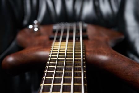 de bas hout gitaar bruin vier snaren