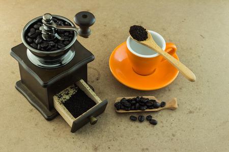 molinillo: Madera molinillo de café manual Foto de archivo