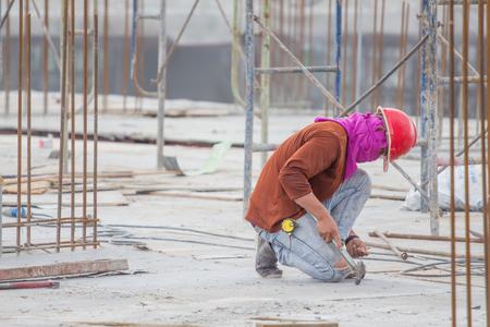 Arbeiter arbeiten an der Schalung in der Baustelle Standard-Bild