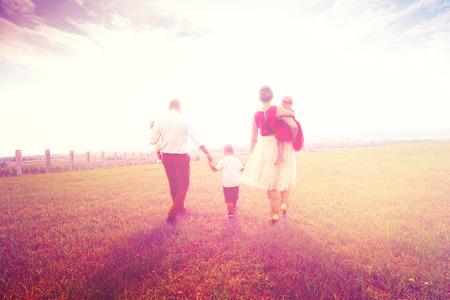 Happy young family passando tempo juntos Imagens