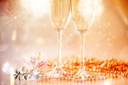 Neujahr Champagnergläser und Feuerwerkshintergrund