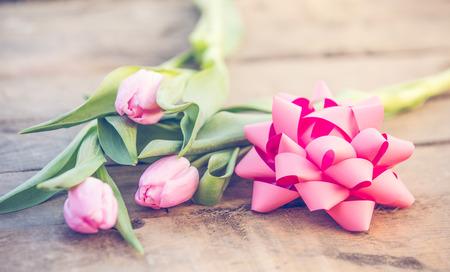 Różowe tulipany na romantycznym tle rustykalnym drewnianym stole