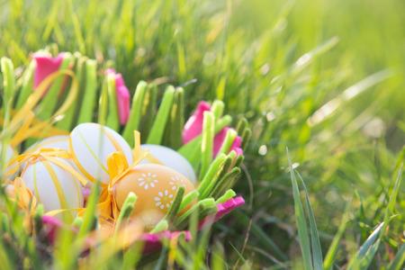 Huevos de Pascua en una canasta en la hierba