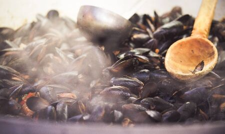 Fresh mussels at grill pan. Cozze ricetta