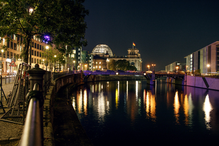 Berlin Reichstag and Spree river at night Banque d'images - 120590861