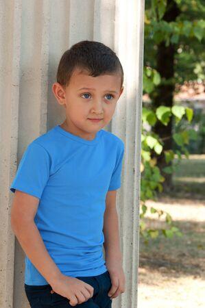 five years old: ragazzo carino cinque anni in posa all'aperto