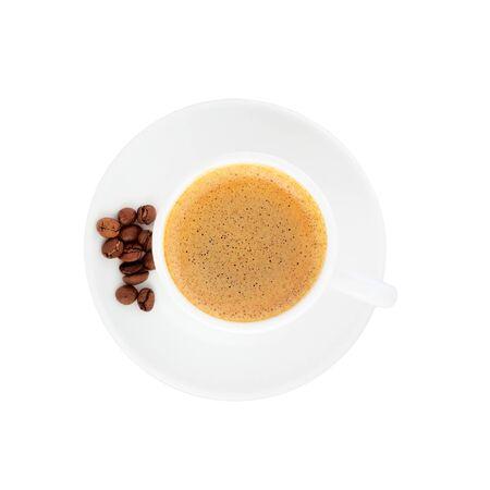 Kaffee mit Kaffeebohnen. Tasse Kaffee Draufsicht mit Kaffeebohnen auf einem weißen Hintergrund. Standard-Bild
