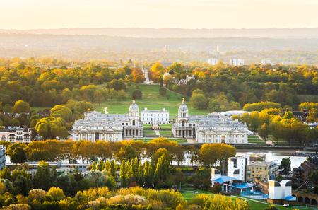 Vista de Ariel del Royal Park en Londres y es parte del sitio del Patrimonio Mundial de Greenwich con el Old Royal Naval College, el Museo Marítimo Nacional y Queen's House.