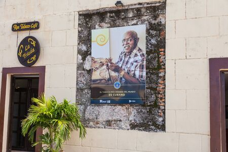 Havana, Cuba-October 07, 2016. Tobacco shop at fortress La Cabana in Old Havana. Poster with portrait of man making longest cigars in the world and words The largest cigars in the world is Cuban 報道画像