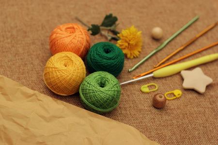 shades of autumn crochet yarn balls paper copy space Foto de archivo