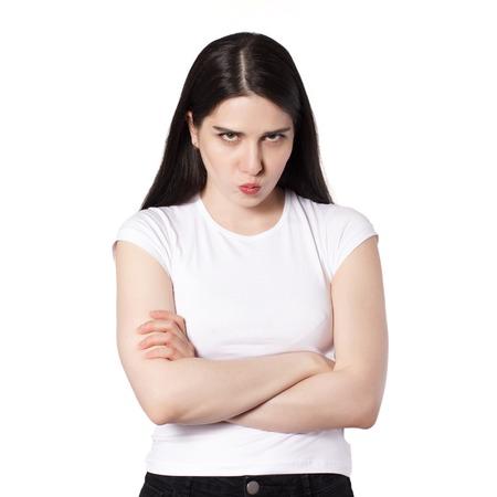 Jeune jolie femme brune aux cheveux noirs de race blanche en t-shirt blanc, idée de concept de femme offensée