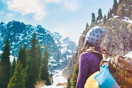 Chica viajera con mochila senderismo en las montañas, concepto de libertad. Senderismo gente en Asia. Viajero hermosa joven con una mochila mira la cima de la montaña antes de escalar