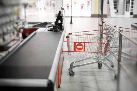 Caisse vide avec bordure fermée en supermarché Banque d'images