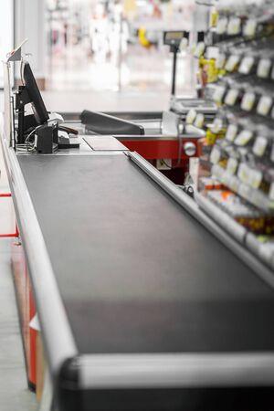 Cassa vuota con bordo chiuso nel supermercato Archivio Fotografico