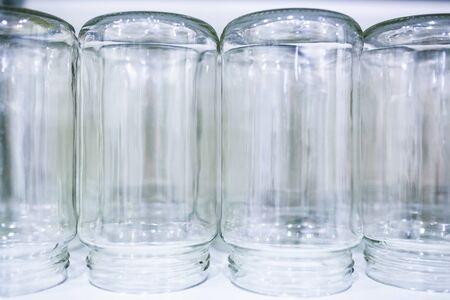 为食物保护过程准备的倒置灭菌玻璃罐。
